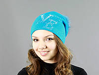 Яркая женская шапка голубого цвета с меховым бубоном
