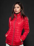 Яркая утепленная женская куртка красного цвета