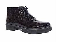 Лаковые женские ботинки с рельефом крокодильей кожи (черные)