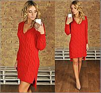Вязаное короткое платье с глубоким вырезом декольте, удлиненное сзади