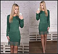 Короткое вязаное платье с длинными рукавами и гипюровой оборкой по низу юбки