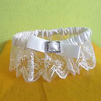 Свадебная подвязка кружевная с брошью