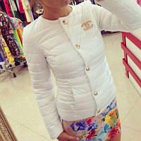 Женская белая курточка шанель со значком
