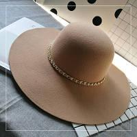 Шляпа женская фетровая с широкими полями с цепочкой бежевая