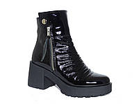 Лаковые демисезонные женские ботинки со складками