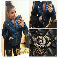 Женская стильная демисезонная стеганная  куртка с брошйкой