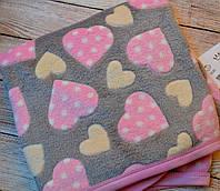Плед для новорожденных серого цвета с розовыми и бежевыми сердцами