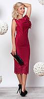 Женское вечернее облегающее платье миди бордового цвета.