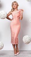 Женское вечернее платье длиной миди пудрового цвета без рукава.