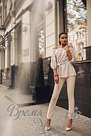 Костюм блузка крестьянка с поясом. Нежно-розовый гипюр на серой ангоре + бежевые брюки.