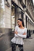 Женский костюм осень/весна с баской. Белый гипюр на серой ангоре с чёрными брюками.