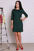 Зеленое платье с золотистой брошкой шанель