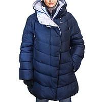 Зимняя женская куртка темно-синего цвета.