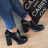 Стильные туфельки на тракторной подошве, эко-лак на шнуровке, женские модные броги на тракторной подошве