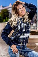 Молодежная короткая женская куртка на молнии в клетку с рукавами из эко кашемира байка