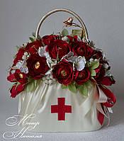 Подарок из конфет врачу. Сумочка докторская с цветами и конфетами..