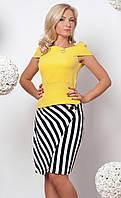 Женский костюм: блуза желтого цвета + юбка карандаш в черно-белую полоску.