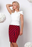 Женский костюм-двойка: блуза с коротким рукавом молочного цвета + юбка карандаш в черно-красную полоску.
