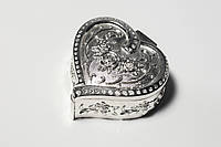 Шкатулка для колец со сверкающими камнями в виде сердца