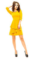 Женское короткое платье с крупной оборкой и украшением