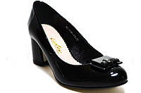 Классические женские туфли из натуральной лакированной кожи на удобном каблуке.
