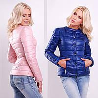 Короткая приталенная демисезонная женская куртка без воротника