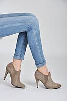 Закрытые женские туфли из замши бежевые
