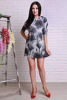 Удобное повседневное платье с рисунком имеет вшитую молнию по спинке