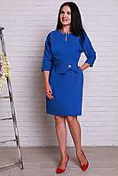 Нарядное платье насыщенного цвета имеет декоративное украшение на груди и поясе