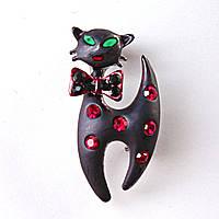 [30/20 мм.] Брошь  Черный кот в бабочке с красными и черными стразами металлическая