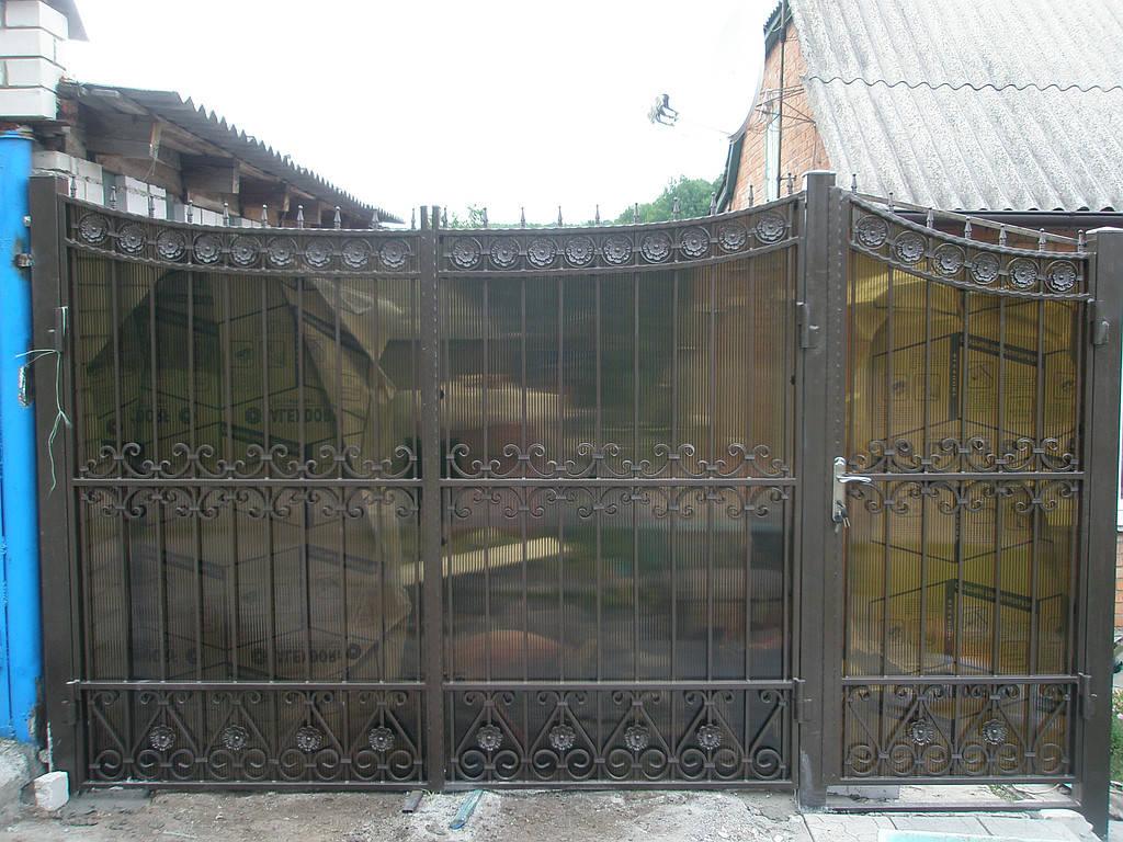 Кованные ворота с поликарбонатом