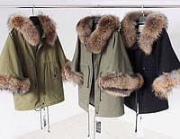 Зимняя женская  куртка-парка украшена мехом