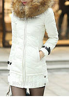 Женская куртка на молнии приталенная с мехом енота