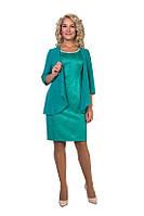 Полуприталеное платье с модной накидкой