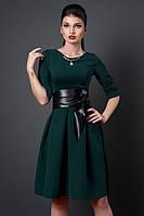 Тёмно-зелёное платье с поясом