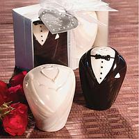 Подарки гостям на свадьбе - Солонка и перечница в виде нарядов жениха и невесты