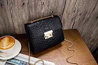 Модная женская сумка черного цвета на цепочке со змеиным принтом