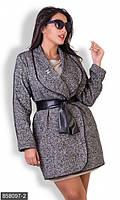 Приталенное женское пальто с широким отложным воротником и поясом из экокожи букле батал