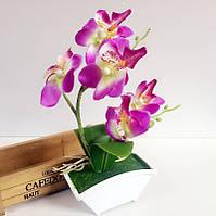 Искусственная орхидея в вазе.