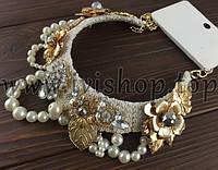 Колье-ожерелье белое с бусинами и золотыми цветами