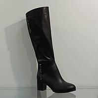 Модные кожаные зимние сапоги на невысоком каблуке