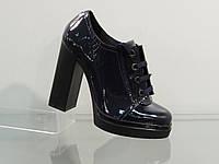 Модные лаковые-натуральные туфли на высоком каблуке темно-синие со шнуровкой