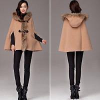 Короткое пальто-пончо с мехом и капюшоном