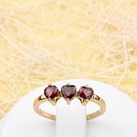 R1-0772 - Нежное позолоченное кольцо Три Сердечка с бордовыми фианитами, 18 р.
