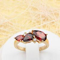 R1-0795 - Красивое позолоченное кольцо с красными и прозрачными фианитами, 17 р.