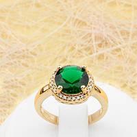 R1-0800 - Классическое позолоченное кольцо с изумрудно-зелёным и прозрачными фианитами, 16.5 р.