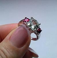 Кольцо с зеленым аметистом (9х9мм) и родолит гранатами (4х4мм). Серебро, родий