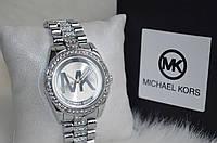 Женские часы Майкл Корс со стразами серебристые.
