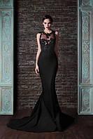 Изящное длинное платье в пол без рукавов с дорогими цветами на груди