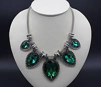 Модное колье с зелеными камнями